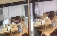 Cặp đôi mải mê làm 'chuyện ấy' ngay tại quán trà sữa, giật bắn mình khi nhân viên lên tận nơi bắt quả tang