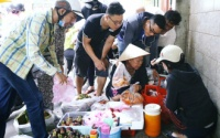 Cận cảnh người Sài Gòn chờ hàng giờ đồng hồ, tranh mua 'mâm cua dì Ba' chỉ bán 10 phút là hết sạch