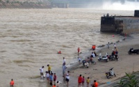 Hồ thủy điện mở cửa xả đáy, người dân vẫn bất chấp nguy hiểm tắm trên sông Đà