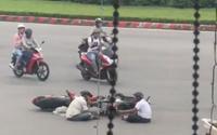 Sau va chạm giao thông không có hành động 'quyết chiến' nào, chỉ còn hai tài xế lẳng lặng ngồi đối diện nhau 'tâm sự'