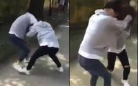 Xôn xao clip 2 nữ sinh lao vào đánh nhau vì cùng thích một nam sinh, bạn bè đứng ngoài cổ vũ nhiệt tình