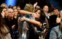 Loạt khoảnh khắc ngọt lịm đốn tim fan tại AMAs 2018: Camila Cabello nũng nịu dụi đầu vào Taylor Swift!