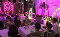 Mặc kệ cả thế giới, chàng trai vẫn say sưa mở điện thoại xem đá bóng ngay khi đang ngồi dự tiệc cưới