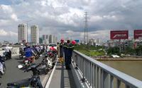 Bất lực nhìn người đàn ông bỏ xe máy gieo mình xuống sông Sài Gòn tự vẫn