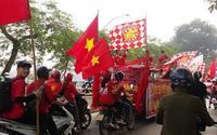 Hàng trăm cổ động viên diễu hành, đốt pháo sáng trước trận Việt Nam - Campuchia