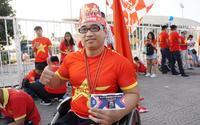 Cổ động viên khuyết tật đi xe lăn vượt quãng đường hơn 40km: 'Tôi tin tưởng đội tuyển Việt Nam sẽ giành chiến thắng'