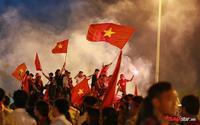 Màu cờ sắc áo đỏ rực SVĐ Mỹ Đình, hàng ngàn người hâm mộ đang tiếp sức cho các cầu thủ Việt Nam