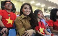Xuất hiện giản dị trên khán đài, bạn gái tin đồn của Phan Văn Đức vẫn nổi bần bật thu hút sự chú ý
