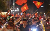 Dòng người tràn xuống đường, kèn hoa pháo sáng và tiếng hò reo ngút trời ăn mừng chiến thắng của tuyển Việt Nam