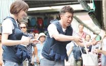 Gia đình Việt - Hàn đi chợ với chiến thuật 'xin'