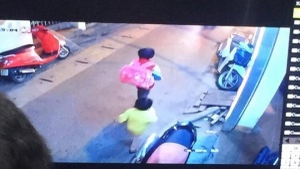 Bé trai 5 tuổi mồ côi mẹ mất tích bí ẩn, trên tay cầm hai hộp sữa
