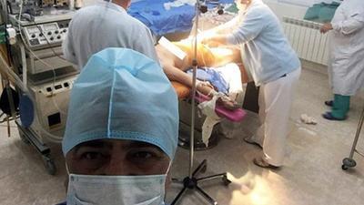 Báo động hiện tượng 'sống ảo': Bác sĩ selfie ngay khi đang đỡ đẻ
