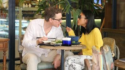 Đoan Trang tình tứ đút đồ ăn cho chồng Tây