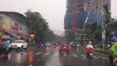 Hà Nội bất ngờ mưa to, nguy cơ ngập nhiều nơi