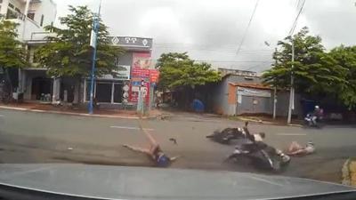 Xem clip này xong bạn sẽ không còn thiếu quan sát khi sang đường nữa