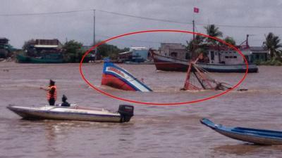 Clip: Chìm tàu ở lễ hội Nghinh Ông khiến 2 thiếu nữ tử vong