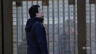 Những giây phút đoàn tụ qua bức tường thép biên giới Mỹ - Mexico