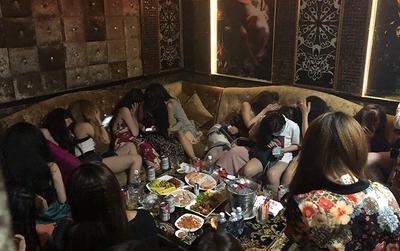Bất ngờ kiểm tra nhà hàng ở trung tâm Sài Gòn, phát hiện nhiều cô gái ăn mặc khêu gợi đang phục vụ khách