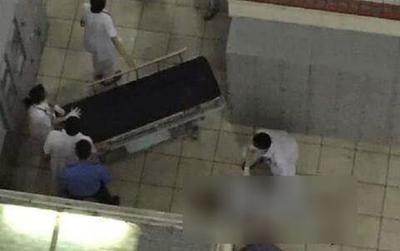 Nam bệnh nhân để lại đôi dép trèo qua lan can tầng 3 Bệnh viện Bạch Mai rồi nhảy xuống đất tử vong