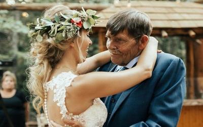 Cha già mắc bệnh nặng nhảy với con gái trong lễ cưới đầy xúc động
