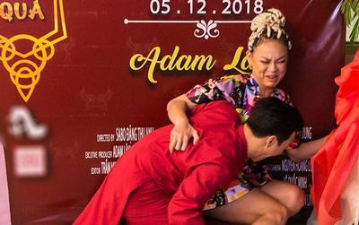 Clip: Mải tạo dáng, Mai Ngô có cú ngã để đời, đổ cả backdrop trong họp báo Adam Lâm