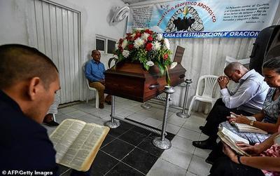 Cha mẹ không chịu chôn cất con trai đã chết 2 tuần vì lý do kỳ quặc này