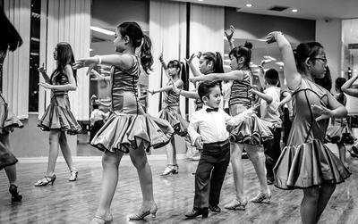 Con trai Khánh Thi - Phan Hiển chứng tỏ là 'con nhà nòi' khi lần đầu lên sàn dancesport
