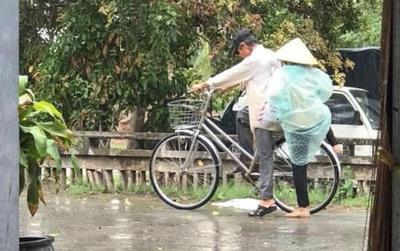 Bức ảnh ông đèo bà dưới mưa: Chỉ mong về già còn một mối tình như thế!