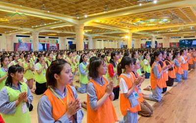 Hàng nghìn học sinh tham gia khoá tu hè, học pháp sám hối ở chùa Ba Vàng
