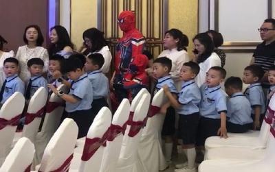Hai bố con nổi bật nhất lớp học khi hóa thân thành nhân vật Spider Man