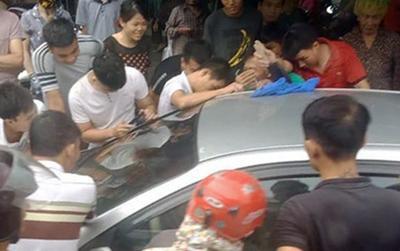 Giải cứu thành công cháu bé bị mắc kẹt trong ô tô ở Quảng Ninh