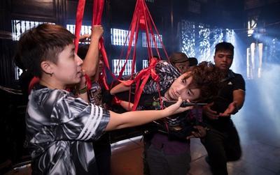 Fan 'phát hoảng' với hình ảnh Ngô Kiến Huy bị đạo diễn Đinh Hà Uyên Thư… buộc và treo lơ lửng