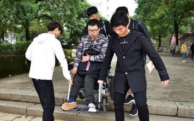 Nhóm nam sinh thay nhau cõng bạn khuyết tật tới lớp mỗi ngày gây xúc động