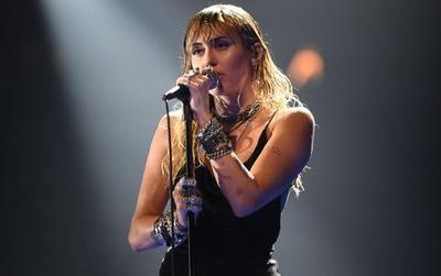 Trước tin đồn Miley Cyrus không thể hát được nữa, Cody Simpson đã lên tiếng nói gì?