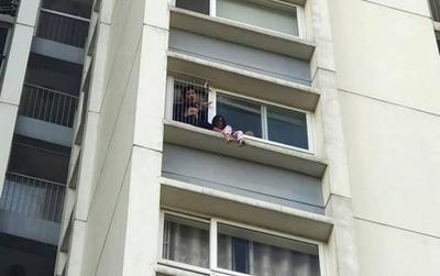 Kinh hãi bé gái ngồi vắt vẻo ngoài ban công tầng 6 chung cư Ecopark, bảo vệ toà nhà phải lên phá cửa giải cứu