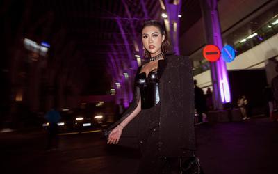 Tường Linh bị đau ê ẩm mình mẩy vì mặc corset kim loại nặng 3kg