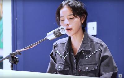 Vũ Cát Tường thổn thức hát live piano 'Cô gái ngày hôm qua' tặng fan dịp lễ 8/3