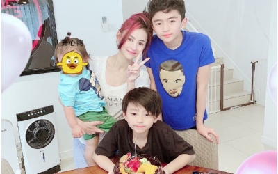Trương Bá Chi tổ chức sinh nhật cho con trai 10 tuổi, trông trẻ trung và nổi bật hơn với mái tóc nhuộm hồng