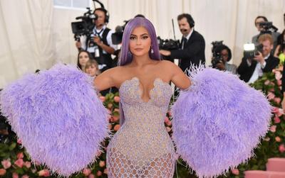 Kylie Jenner vừa mất danh tỷ phú, vừa khó bán son môi vì COVID-19