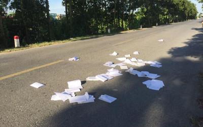 Hình ảnh sách vở bị vứt ngổn ngang trên đường sau ngày thi khiến nhiều người bức xúc