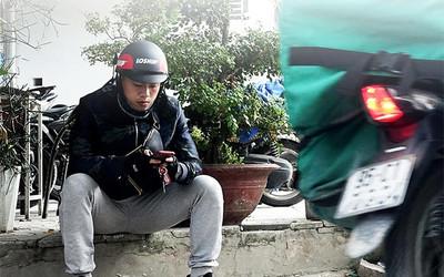 Cầu thủ Hà Nội FC chạy xe ôm mưu sinh, 3 tháng chờ giấy thanh lý