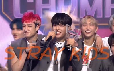 Cạnh tranh với BLACKPINK, YooA... STRAY KIDS xuất sắc ẵm cúp Show Champion