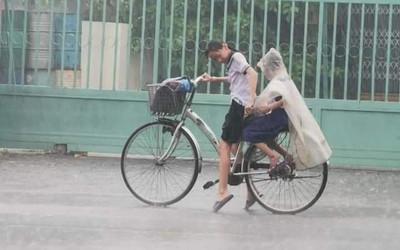 Cô chị tâm lý nhất mùa mưa lũ năm nay: Nhường hết áo mưa cho em trai, còn làm hành động bất ngờ thu về 'bão like' từ cư dân mạng