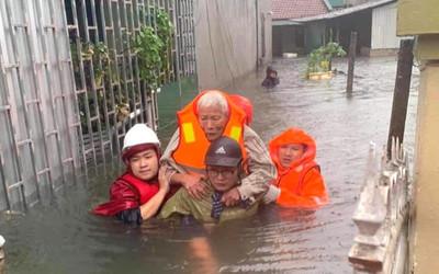 Nước đã đến mái nhà, đội cứu hộ tiếp cận giải cứu người dân trong đêm