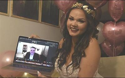 Cặp đôi đầu tiên trên thế giới kết hôn qua mạng vì bị COVID-19 chia cắt