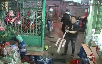 Đứng trước cổng bấm điện thoại, chủ nhà bất ngờ bị nhóm côn đồ xông tới truy sát