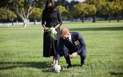 Hoàng tử Harry và Meghan bị giễu là dùng 'chiêu trò PR' khi đặt hoa tưởng niệm ở nghĩa trang