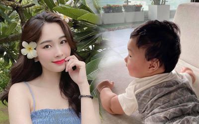 Hoa hậu Đặng Thu Thảo khoe con trai mới hơn 5 tháng tuổi đã biết gọi ba
