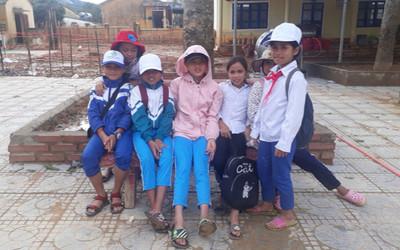 Hơn 1 tháng khắc phục hậu quả các trận bão liên tiếp ập về, học sinh Quảng Trị phấn khởi trở lại trường