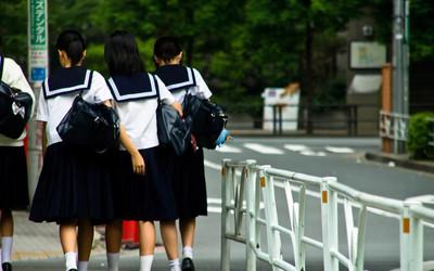 Nhiều trường học yêu cầu nữ sinh phải mặc áo lót màu trắng, giáo viên còn kiểm tra màu áo theo định kỳ